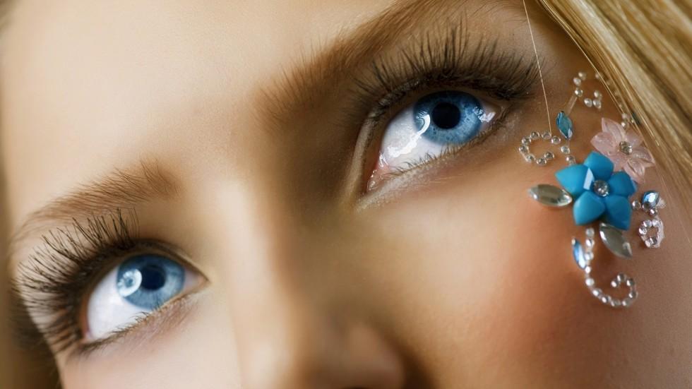 occhi-azzurri-ragazza-lenti-contatto-colorate